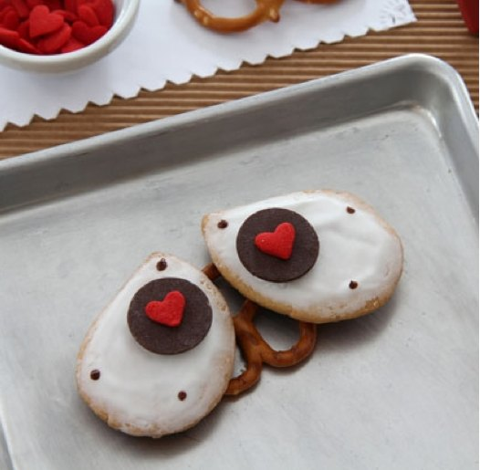 Wall E Cookies, Valentine's Day cookies, Valentines day cupcakes, Disney crafts, Disney valentines day cookies